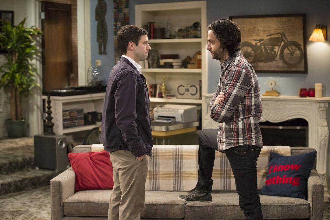 Streiten sich wegen Frank: Justin (Brent Morin, l.) und Danny (Chris D'Elia, r.) ... - Bildquelle: Warner Brothers