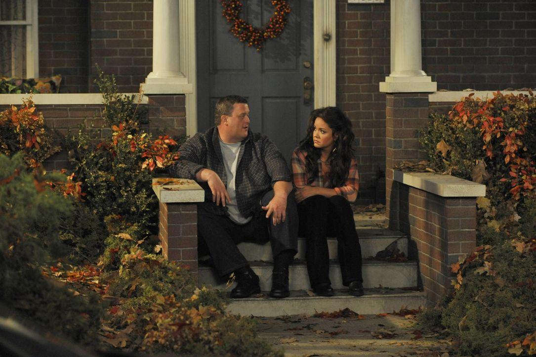 Ein gut gemeinter Rat von Mike (Billy Gardell, l.) veranlasst  Victoria (Katy Mixon, r.) auszuziehen - was zu einem Schock in der Familie führt ... - Bildquelle: Warner Brothers