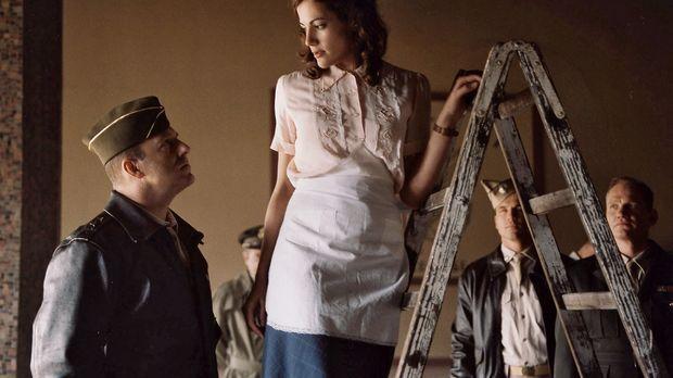 Luise (Bettina Zimmermann, r.) beeindruckt General Turner (Heino Ferch, l.) s...