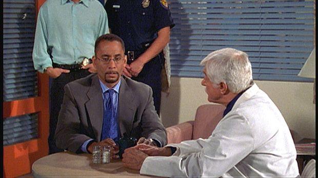 Dr. Sloan (Dick Van Dyke, r.) und sein Sohn Steve (Barry Van Dyke, l.) beschu...