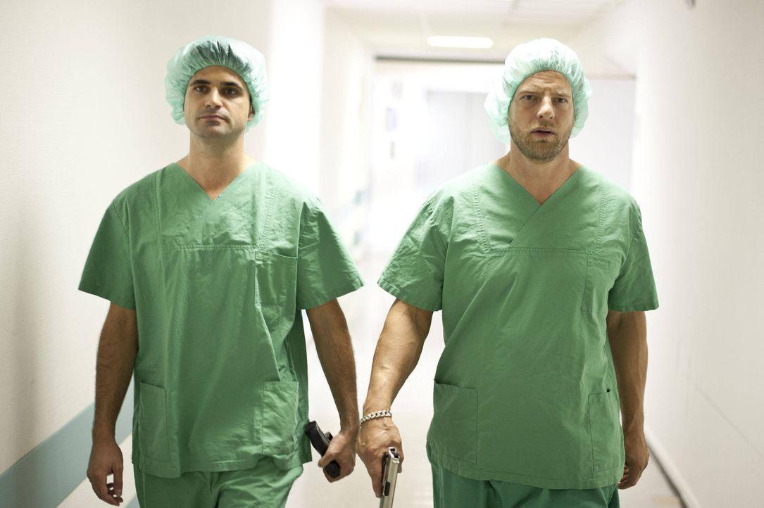 Verfolgen einen Mörder bis in den OP: Mick (Henning Baum, r.) und Andreas (Maximilian Grill, l.) ... - Bildquelle: SAT.1