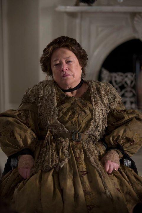 Das moderne Leben macht ihr schwer zu schaffen: Madame Delphine LaLaurie (Kathy Bates) ... - Bildquelle: 2013-2014 Fox and its related entities. All rights reserved.