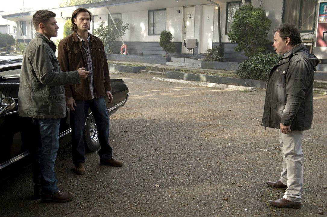 Lassen sich Dean (Jensen Ackles, l.) und Sam (Jared Padalecki, M.) auf einen Handel mit Metratron (Curtis Armstrong, r.) ein? - Bildquelle: 2013 Warner Brothers