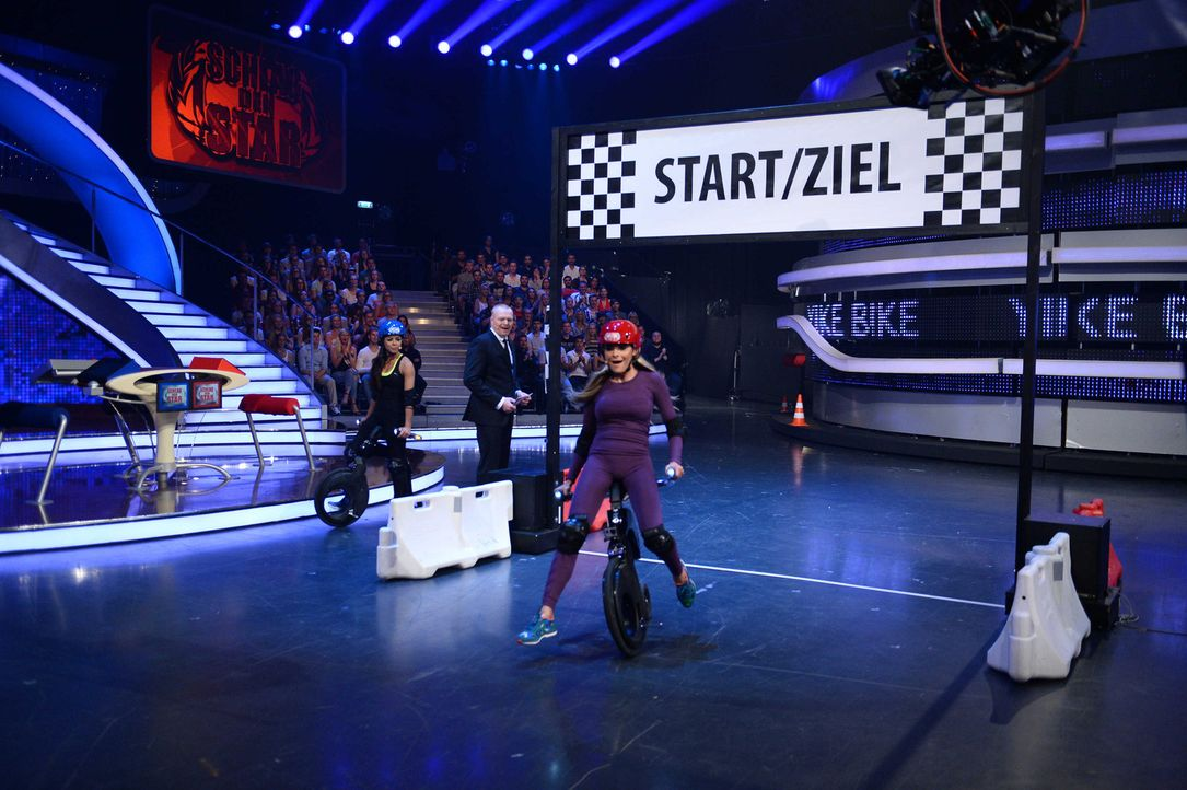 Stefan Raab (M.) lässt die beiden Tänzerinnen Fernanda Brandao (l.) und Sophia Thomalla (r.) gegeneinander antreten ... - Bildquelle: Willi Weber ProSieben