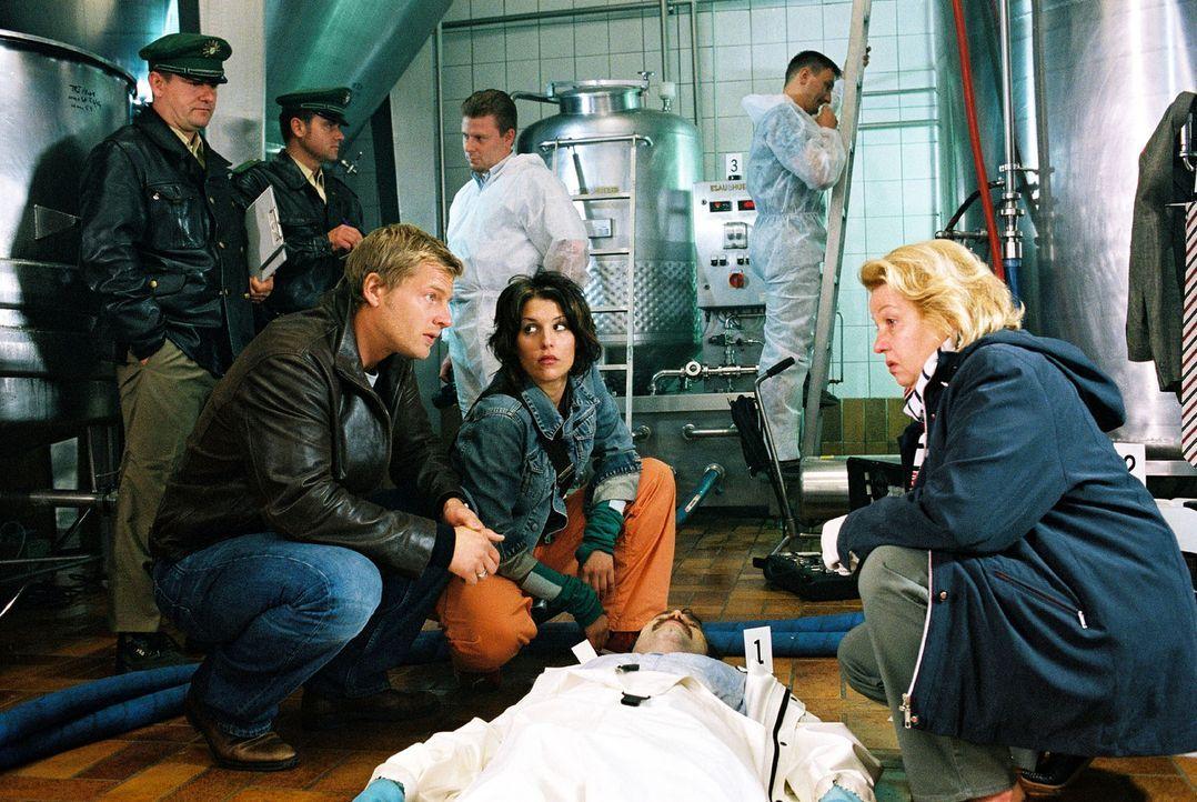 Leo (Henning Baum, vorne l.) und Nina (Elena Uhlig, vorne 2.v.r.) werden in eine Brauerei gerufen. Dr. Reiter (Sarah Camp, vorne r.) hat den Toten G... - Bildquelle: Christian A. Rieger Sat.1