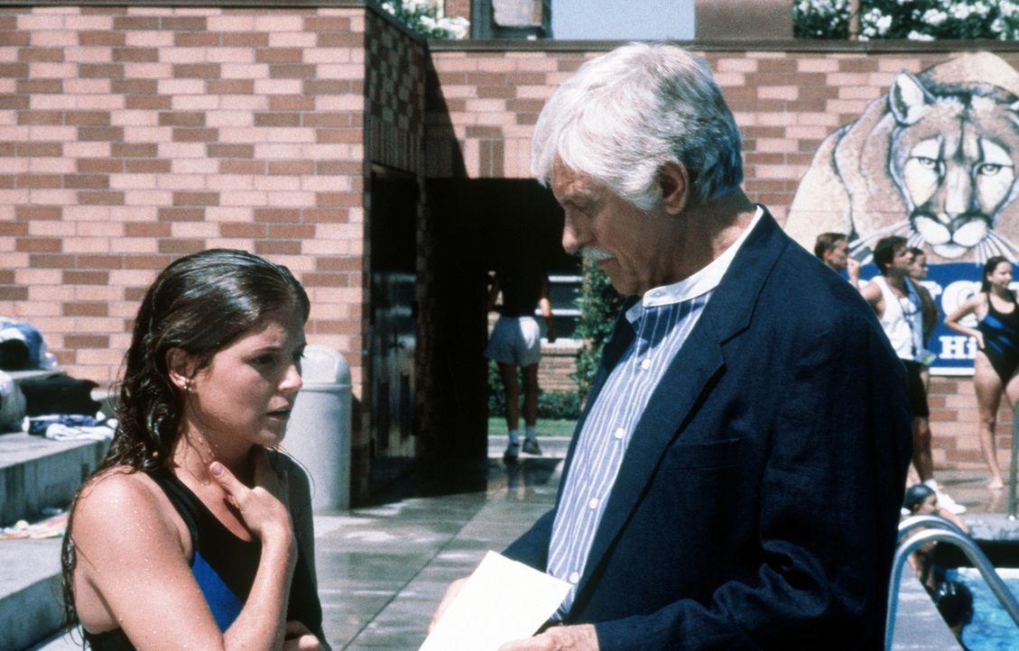 Mark (Dick Van Dyke, r.) verhört die Mordverdächtige Ashley (A. J. Langer, l.). - Bildquelle: Viacom