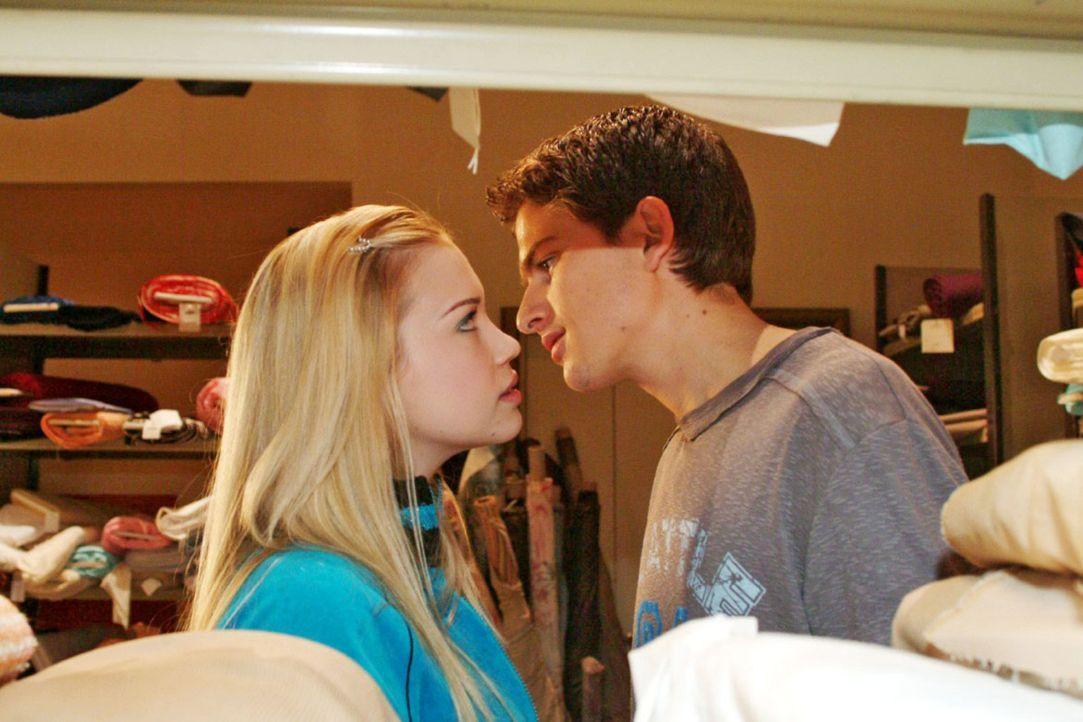 Kim (Lara-Isabelle Rentinck, l.) und Timo (Matthias Dietrich, r.) können nicht voneinander lassen - sie geben sich endlich ihren Gefühlen hin. - Bildquelle: Sat.1