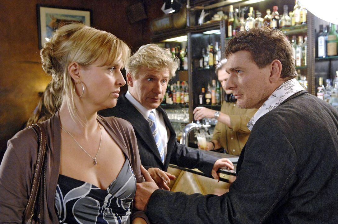 Nika (Katharina Böhm, l.) und John (Jörg Schüttauf, M.) treffen sich in einer Bar, wo Nika von einem fremden Mann (Wolfgang Sebastian Zechmayer, r.)... - Bildquelle: Jason Ganwich Sat.1