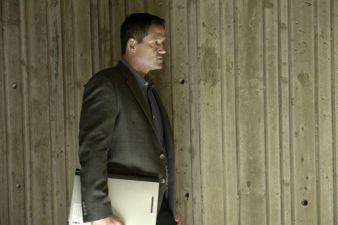 Während Alex weiter auf der Flucht ist, wird ihre Mutter von Liam  (Josh Hopkins) überredet, sich während einer öffentlichen Pressekonferenz an Alex... - Bildquelle: 2015 ABC Studios