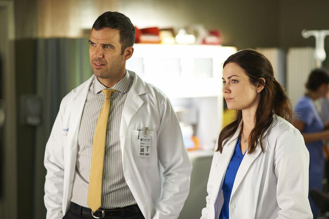 Zachary (Benjamin Ayres, l.) und Alex (Erica Durance, r.) schlagen sich mit seltsamen Patienten herum ... - Bildquelle: 2013  Hope Zee Two Inc.