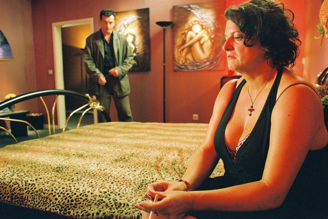 Steiner (Thomas Sarbacher, l.) sucht Marjas Freundin Svetlana (Sabine Urig, r.) in einem Bordell in Eindhoven auf:  Kann sie ihm bei den Ermittlunge... - Bildquelle: Thomas Kost Sat.1