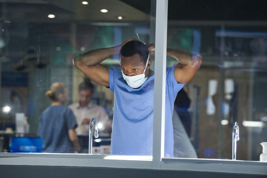 Tom (K.C. Collins) kämpft nicht nur um das Leben von Patientin Alex ... - Bildquelle: Caitlin Cronenberg 2014 Hope Zee Three Inc.