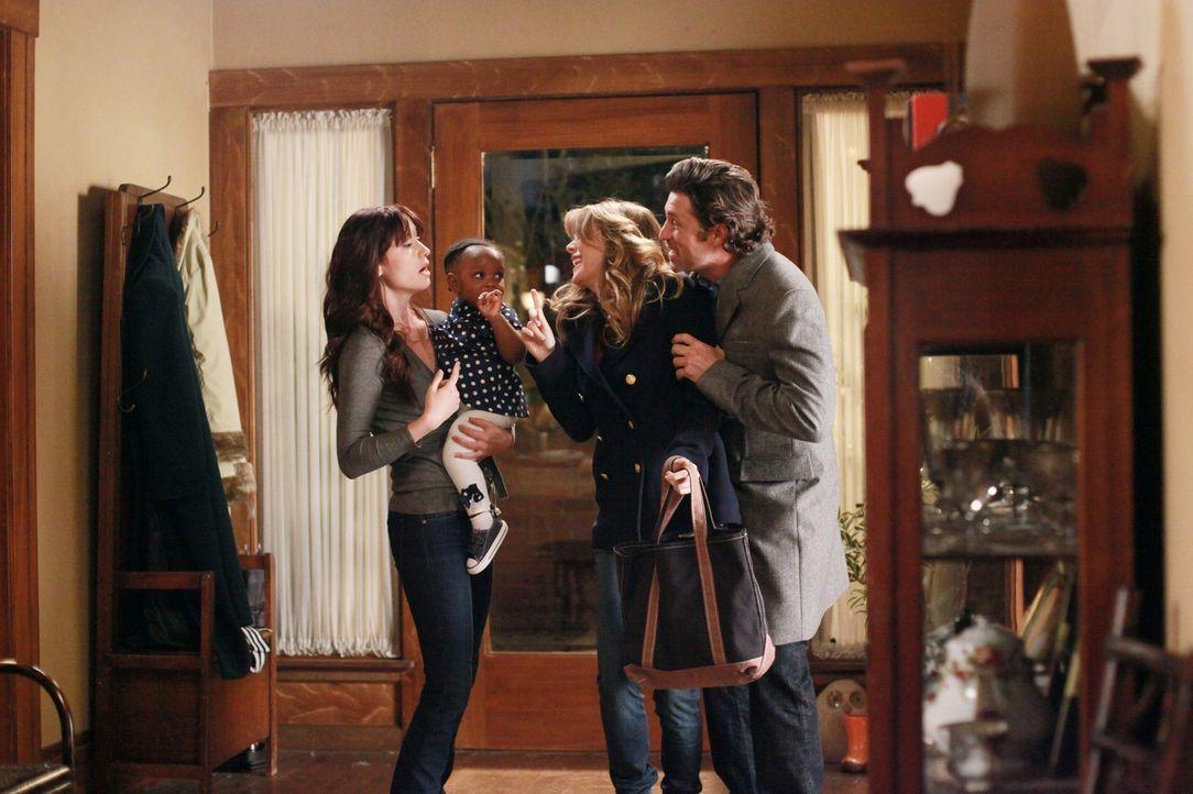 Damit Derek (Patrick Dempsey, r.) und Meredith (Ellen Pompeo, 2.v.r.) einen gemeinsamen Abend verbringen können, bietet Lexie (Chyler Leigh, l.) an... - Bildquelle: ABC Studios