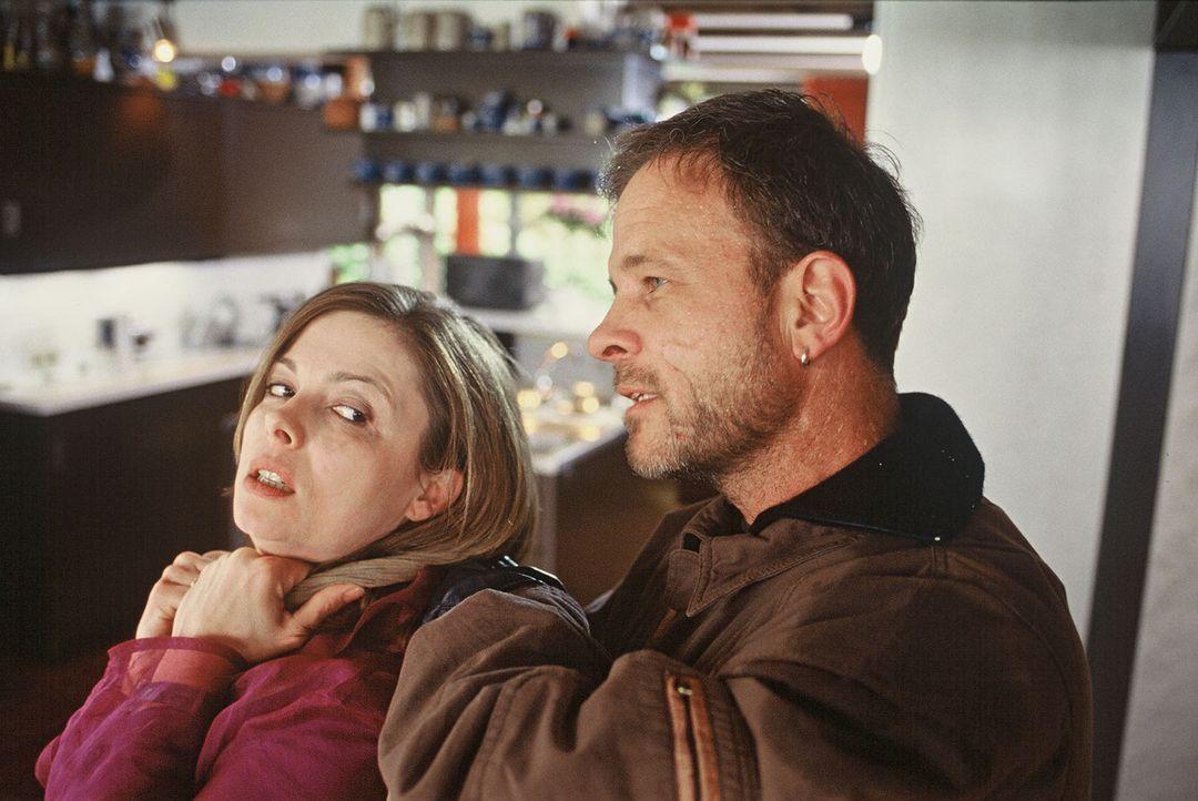 Jochen Berger (Thomas Anzenhofer, r.) nimmt Claudia Weissenbach (Nana Krüger, l.), die Frau des Museumsdirektors, in seine Gewalt ... - Bildquelle: Martin Menke SAT. 1