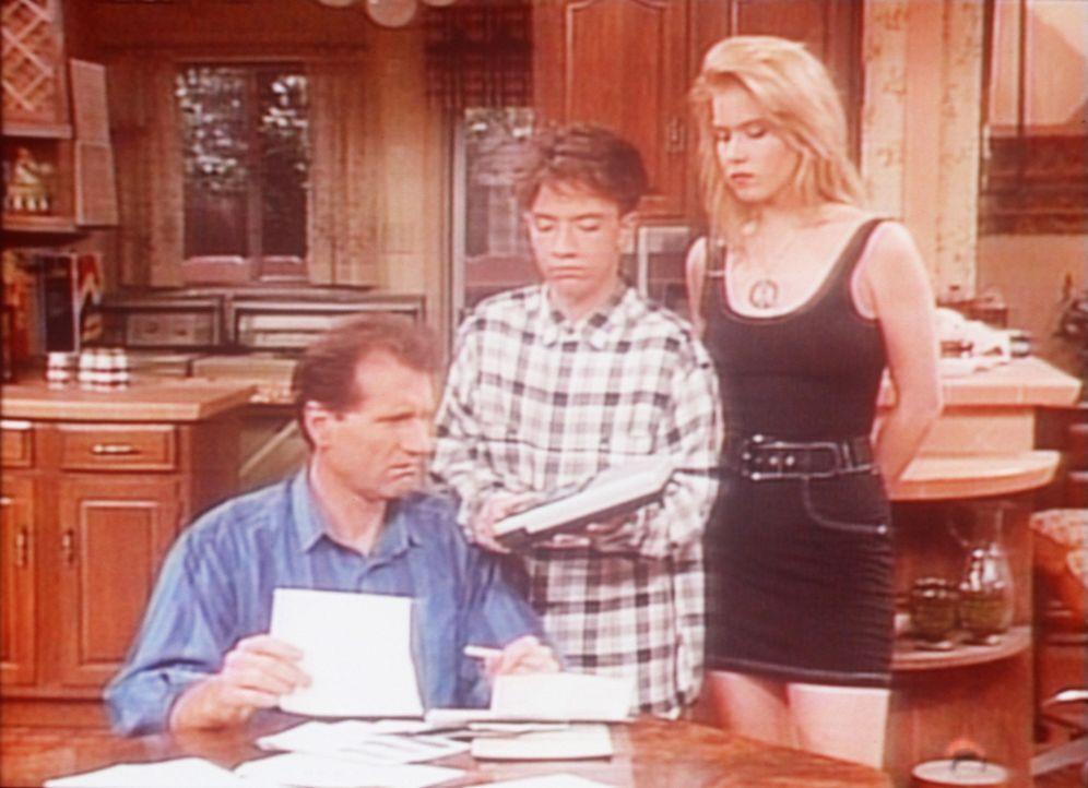 Bud (David Faustino, M.) und Kelly (Christina Applegate, r.) ermutigen Al (Ed O'Neill, l.), brav die unbezahlten Rechnungen zu begleichen. - Bildquelle: Columbia Pictures