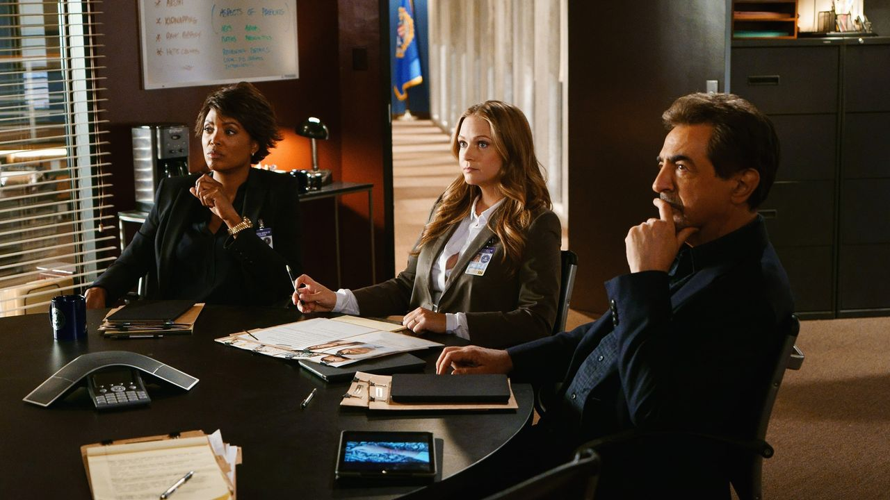 Ein neuer Fall beschäftigt das BAU-Team: Tara (Aisha Tyler, l.), JJ (AJ Cook, M.) und Rossi (Joe Mantegna, r.) ... - Bildquelle: Monty Brinton ABC Studios