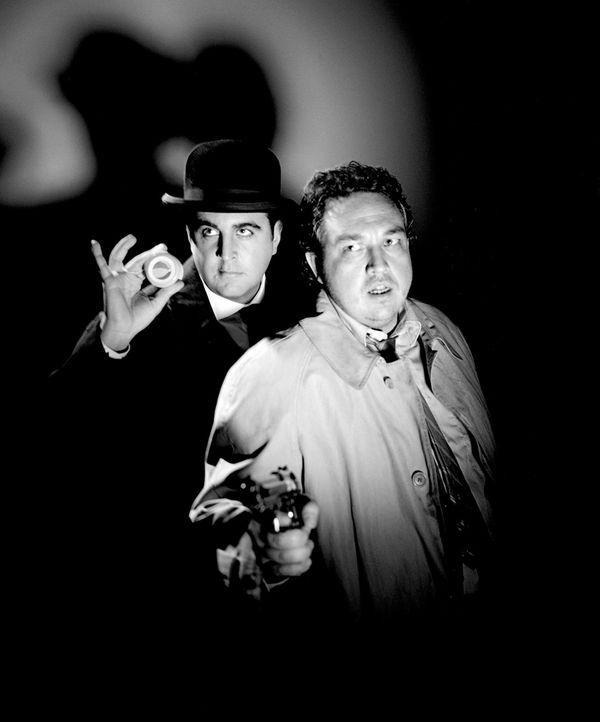 Lehren den WiXXer das Fürchten: Inspector Very Long (Bastian Pastewka, l.) und Chief Inspector Even Longer (Oliver Kalkofe, r.) ... - Bildquelle: Rat Pack Filmproduktion GmbH