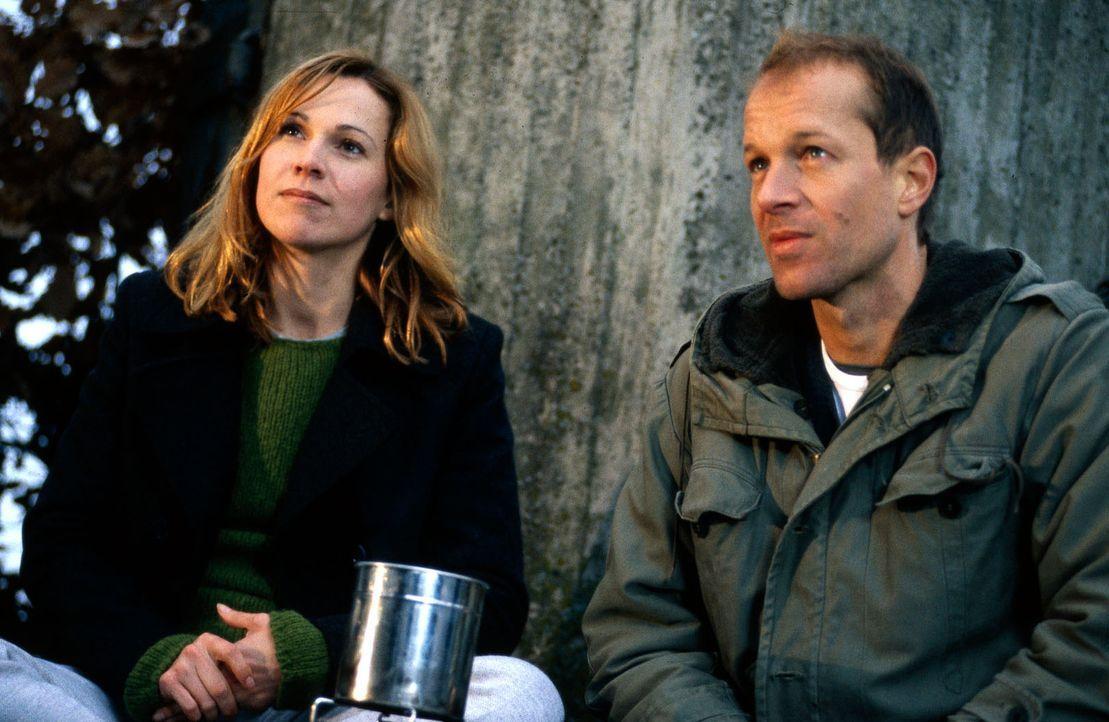 Die Journalistin Claudia Färber (Doris Schretzmayer, l.) steht Todt (Jochen Horst, r.) zur Seite. - Bildquelle: Jiri Hanzl Sat.1