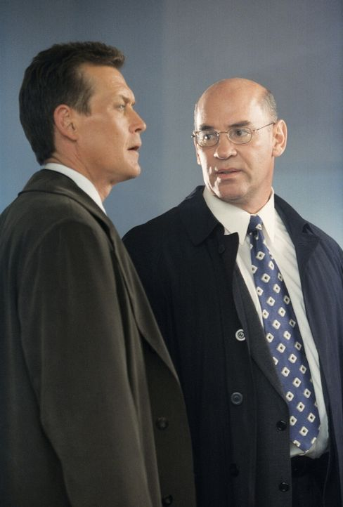 Doggett (Robert Patrick, l.) und Skinner (Mitch Pileggi, r.) bekommen heraus, dass Sektenführer Anthony Tipet, ein ehemaliger Mörder, der seine Stra... - Bildquelle: TM +   Twentieth Century Fox Film Corporation. All Rights Reserved.