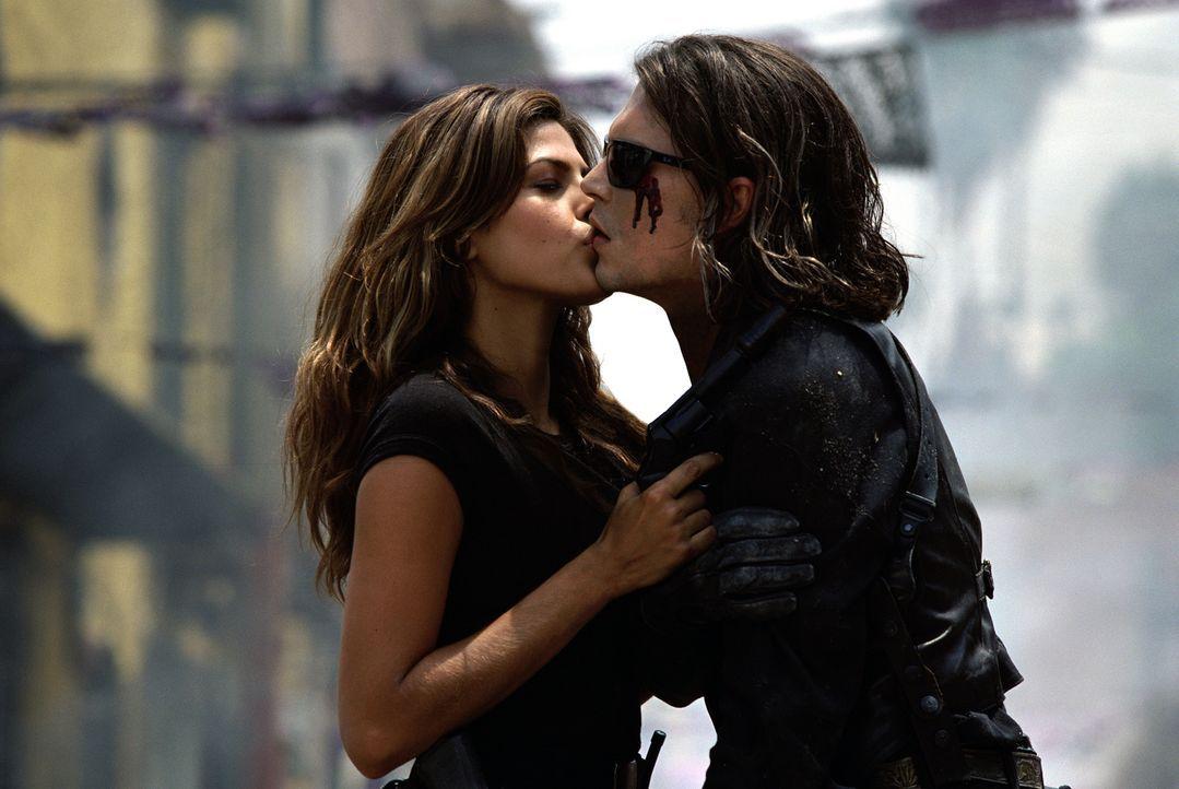 Special Agent Ajedrez (Eva Mendes, r.) gibt CIA Agent Sands (Johnny Depp, l.) einen letzten Kuss ... - Bildquelle: Columbia Pictures Corporation