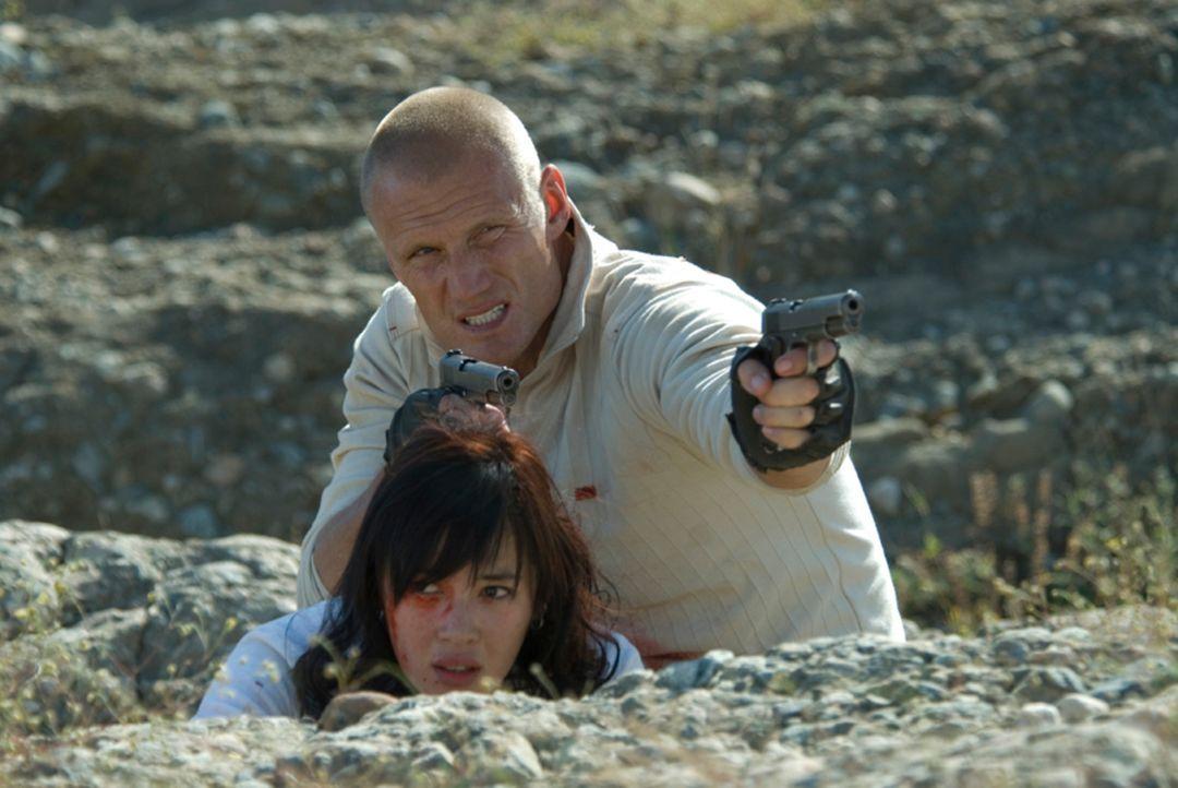 Gemeinsam mit der jungen Chinesin Anika (Nan Yu, l.) macht sich der Ex-Elitesoldat Xander Ronson (Dolph Lundgren, r.) auf, in der tiefsten Mongolei...