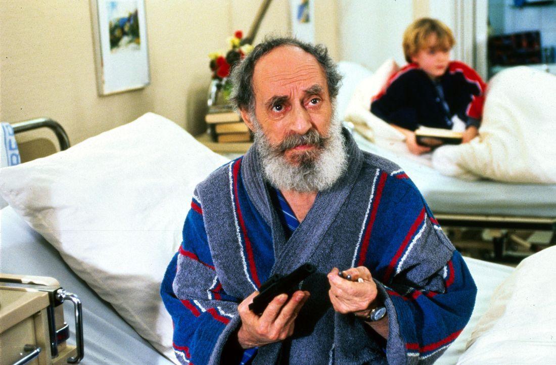 Der schwer kranke Kubinke (Gerry Wolff) ist ein einsamer Mann. Weil er ein großer Karl-May-Fan ist, besitzt er eine Pistole. Diese versucht er vor... - Bildquelle: Noreen Flynn Sat.1