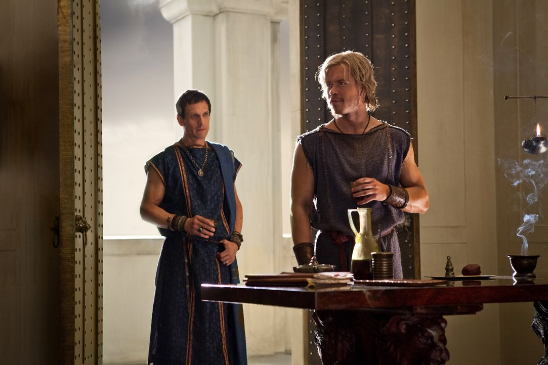 Während Marcus Crassus (Simon Merrells, l.) eine imposante Armee zusammenstellt, bekommt er überraschenden Besuch: Julius Caesar (Todd Lasance, r.)... - Bildquelle: 2012 Starz Entertainment, LLC.  All Rights Reserved