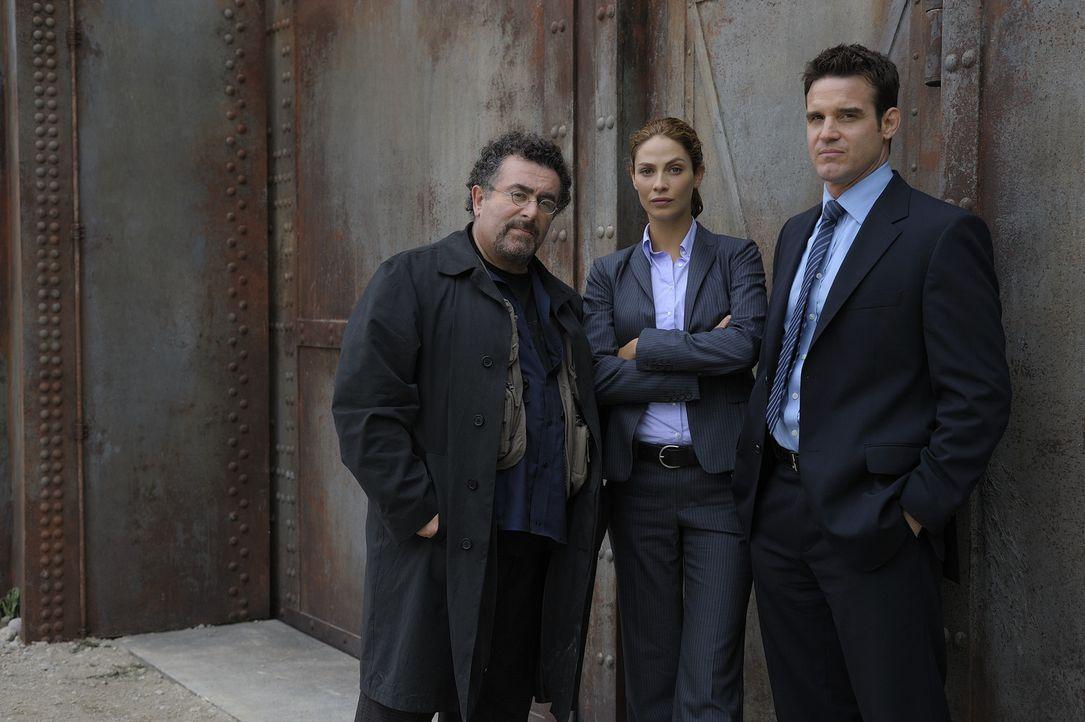 Als die beiden Agenten Peter Lattimer (Eddie McClintock, r.) und Myka Bering (Joanne Kelly, M.) vom Secret Service in Washington abgeworben werden,... - Bildquelle: Philippe Bosse SCI FI Channel