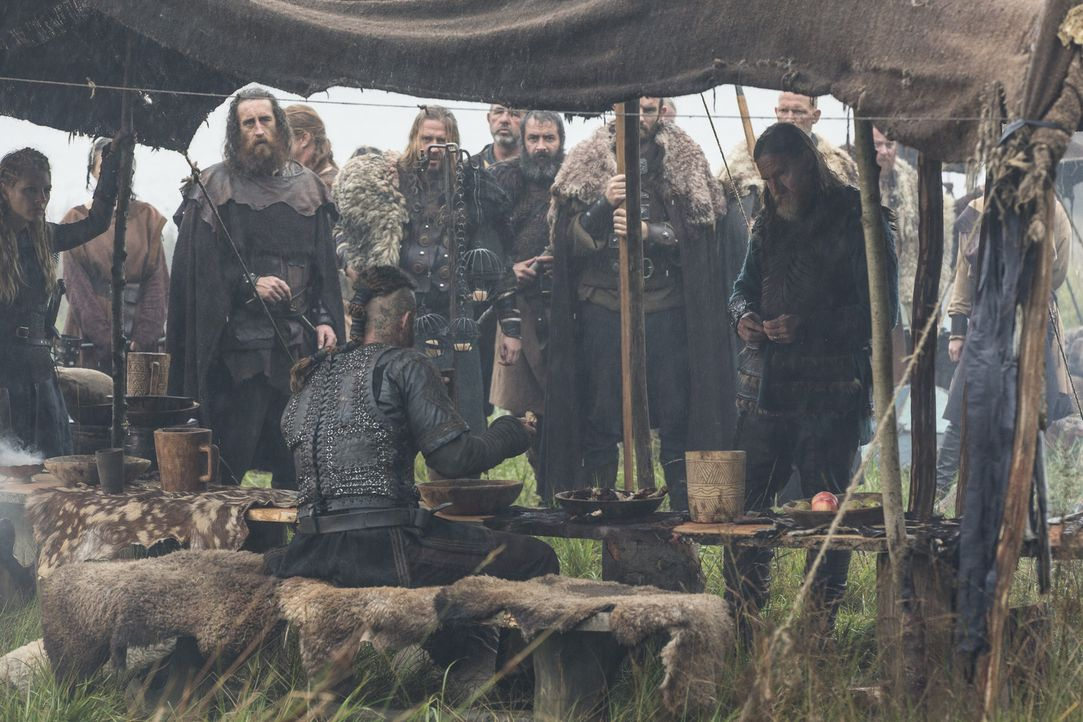 Das Verhältnis ist sehr angespannt. Können sie sich noch gegenseitig vertrauen? Ragnar (Travis Fimmel, l.) und König Horik (Donal Logue, r.) ... - Bildquelle: 2014 TM TELEVISION PRODUCTIONS LIMITED/T5 VIKINGS PRODUCTIONS INC. ALL RIGHTS RESERVED.
