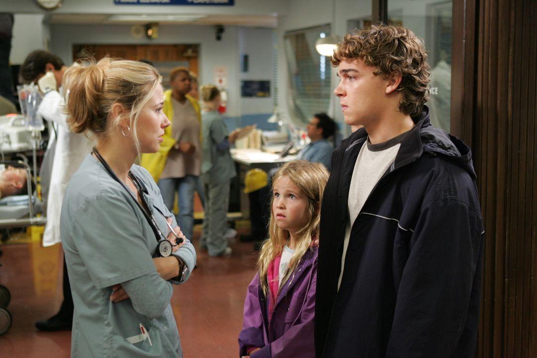 Sam (Linda Cardellini, l.) versucht Elli (Emma Pohlemus, M.) und Jason (Daniel Clarke, r.) zu beruhigen ... - Bildquelle: Warner Bros. Television
