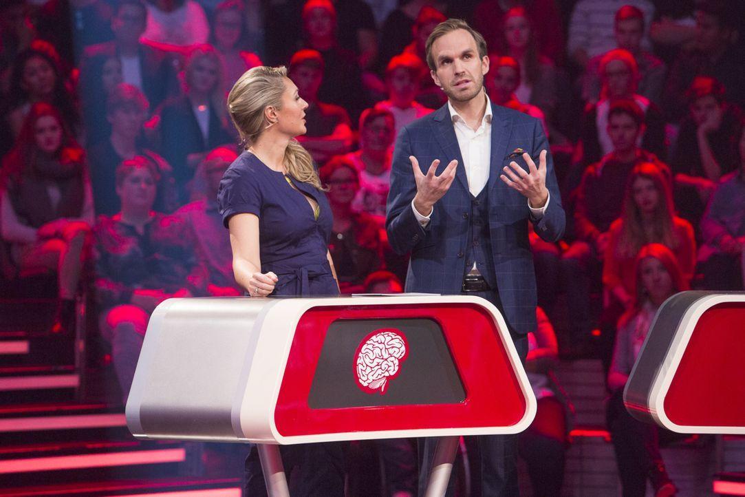 Auch Moderatorin Ruth Moschner (l.) ist fasziniert von dem Hypnotiseur Thimon von Berlepsch (r.) ... - Bildquelle: Richard Hübner SAT.1