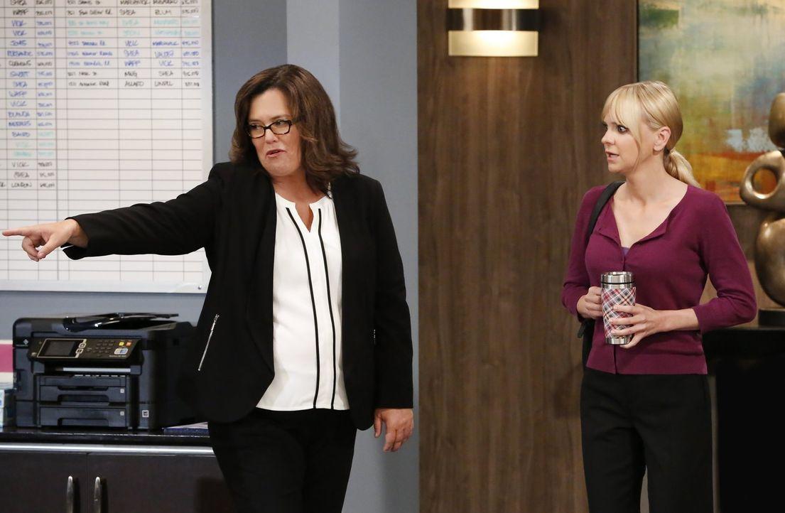 Eigentlich wollte Christy (Anna Faris, r.) immer Anwältin werden, doch dann bringt Jeanine (Rosie O'Donnell, l.) ihren Traum ins Wanken ... - Bildquelle: 2016 Warner Bros. Entertainment, Inc.