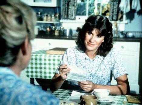 Die Waltons - Mary Ellen (Judy Norton-Taylor) erhält von der Bezirkskrankensc...