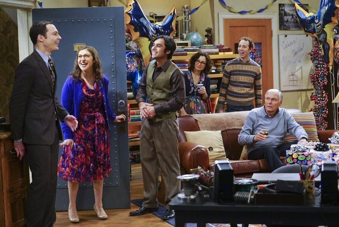 Sheldon (Jim Parsons, l.) freut sich über die Geburtstagsglückwünsche, die er von Amy (Mayim Bialik, 2.v.l.), Raj (Kunal Nayyar, 3.v.l.), Leslie (Sa... - Bildquelle: 2016 Warner Brothers