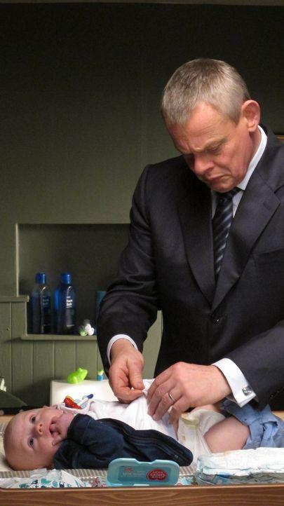 Als Doc Martin (Martin Clunes, r.) das Kindermädchen vertreibt, weil er ihre Fettleibigkeit ins Verhältnis zu ihrer Kratzsucht stellt, muss er zunäc... - Bildquelle: BUFFALO PICTURES/ITV