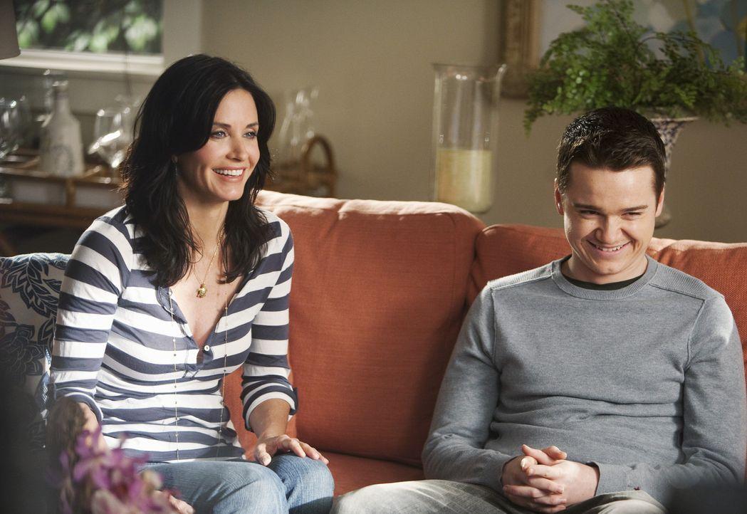 Nach Travis' (Dan Byrd, r.) Trennung von Kylie, packt Jules (Courteney Cox, l.) die Gelegenheit beim Schopf, sich um ihren Sohn kümmern zu können... - Bildquelle: 2009 ABC INC.
