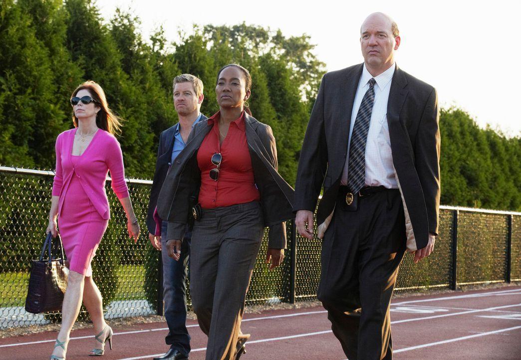 Arbeiten gemeinsam an einem neuen Fall: Megan (Dana Delany, l.), Peter (Nicholas Bishop, 2.v.l.), Samantha  (Sonja Sohn, 2.v.r.) und Bud (John Carro... - Bildquelle: ABC Studios
