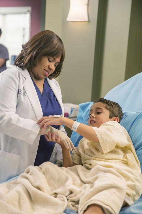 Der kleine Jack (Nicolas Bechtel, r.) ruft in Miranda (Chandra Wilson, l.) Muttergefühle hervor. Die Ärztin wäre selbst gerne mehr für ihren eigenen... - Bildquelle: ABC Studios
