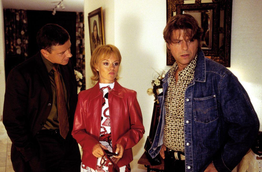 Monika Koch (Jessica Kosmalla, M.) wird von Jupp (Uwe Fellensiek, r.) und Taube (Christian M. Goebel, l.) zu dem Einbruch in der Villa befragt. - Bildquelle: Guido Engels Sat.1