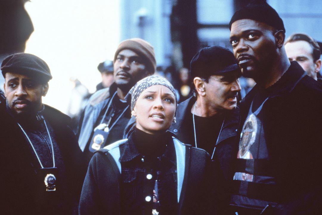 Verzweifelt versuchen Carmen (Vanessa Williams, M.) und Shaft (Samuel L. Jackson, r.), der einzigen Zeugin habhaft zu werden ... - Bildquelle: Paramount Pictures