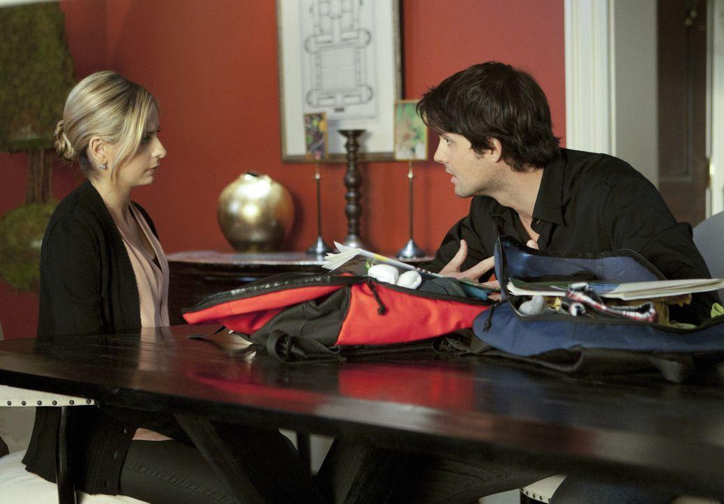 Henry (Kristoffer Polaha, r.) gibt Siobhan (Sarah Michelle Gellar, l.) zu verstehen, dass er nicht mehr mit ihr zusammen sein möchte ... - Bildquelle: 2011 THE CW NETWORK, LLC. ALL RIGHTS RESERVED