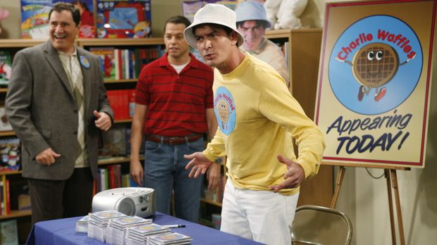 Charlie (Charlie Sheen, r.) hat einen Produzenten für seine Kinderlieder gefu...