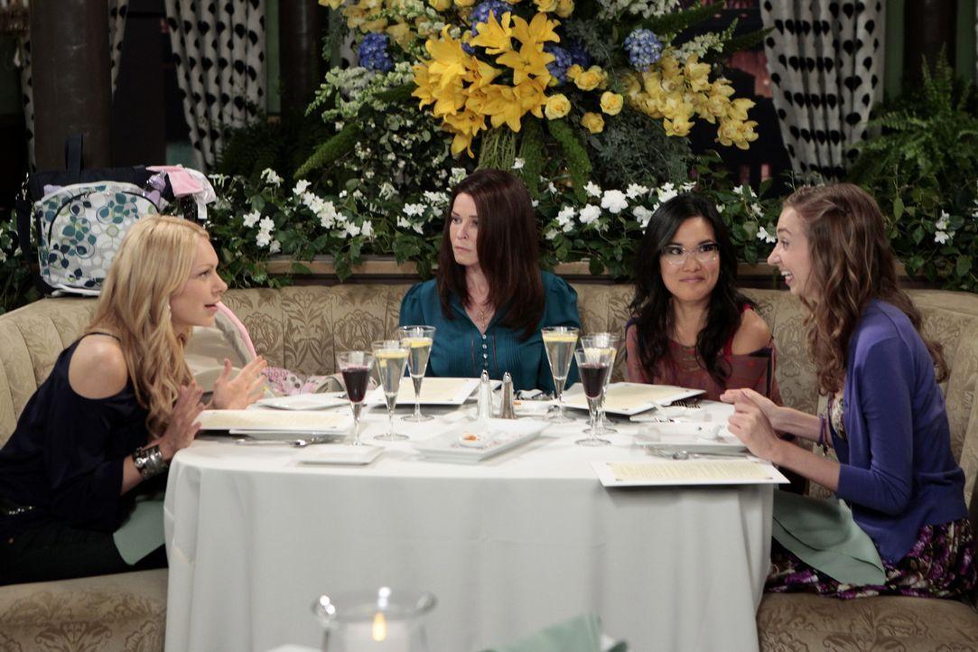 Sloane (Chelsea Handler, 2.v.l.) führt Chelsea (Laura Prepon, l.), Olivia (Ali Wong, 2.v.r.) und Dee Dee (Lauren Lapkus, r.) in ein schickes franz - Bildquelle: Warner Bros. Television