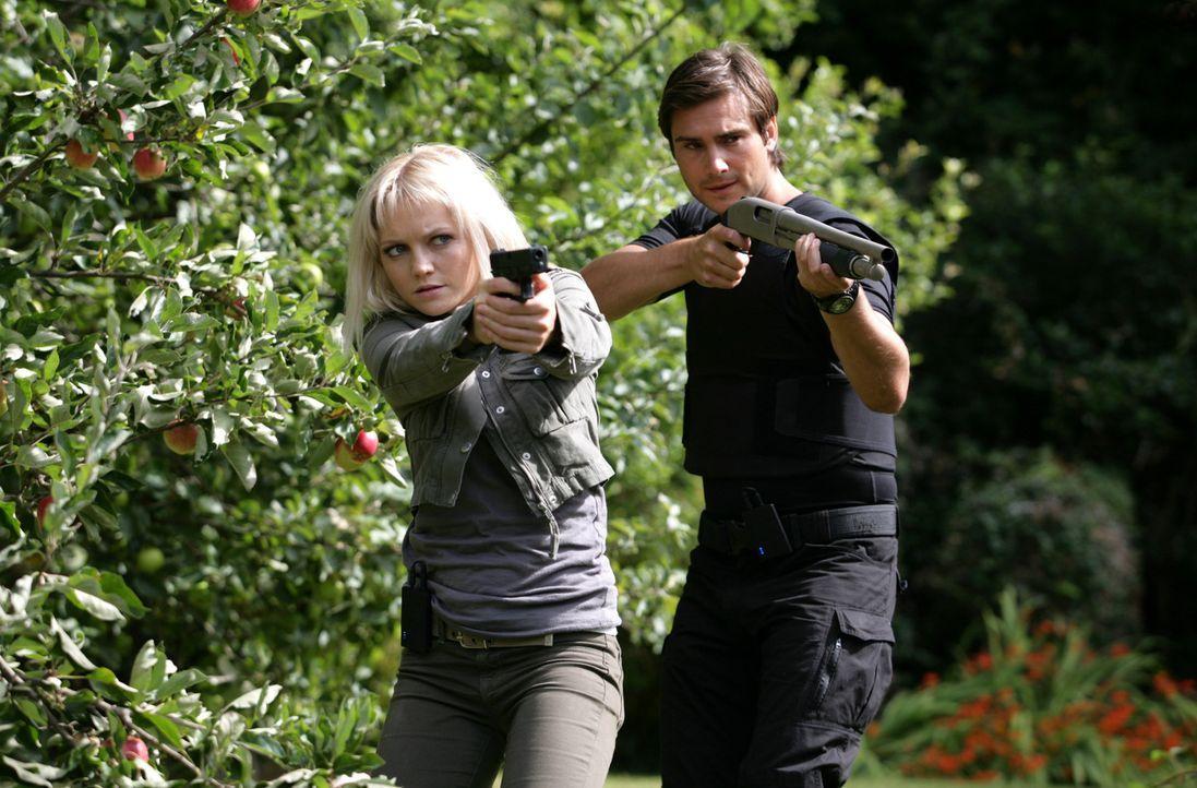 Im Kampf gegen mörderische Ungeheuer: Abby (Hannah Spearritt, l.) und Becker (Ben Mansfield, r.) ... - Bildquelle: ITV Plc
