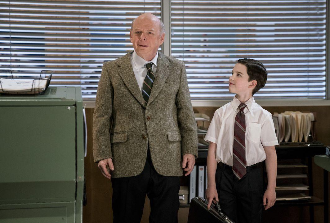 Sheldon (Iain Armitage, r.) darf an einem College Kurs bei Dr. John Sturgis (Wallace Shawn, l.) teilnehmen, als ihm der Unterricht an seiner Schule... - Bildquelle: Warner Bros. Television