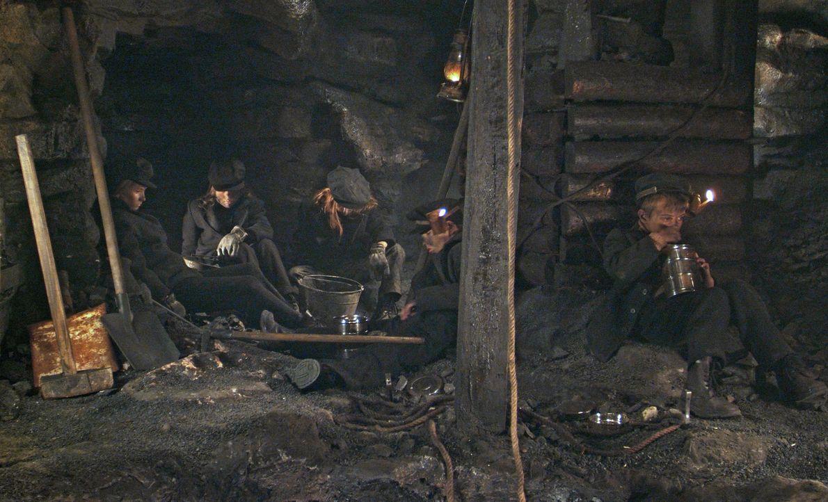 Im Jahre 1913 geschieht in einem abgelegenen Bergwerk in Pennsylvania ein Unglück, als der hartherzige Besitzer, Caleb Carlton, einen Schacht mit D... - Bildquelle: Nu Image Films
