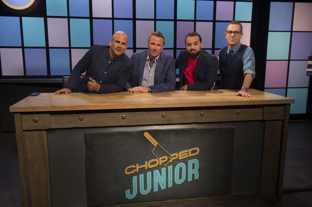 Dieses Mal entscheiden (v.l.n.r.) Sam Kass, Mark Murphy und Tino Feliciano darüber, wer Chopped-Champion wird. Ted (r.) ist gespannt, wie sich die k... - Bildquelle: Scott Gries 2015, Television Food Network, G.P. All Rights Reserved