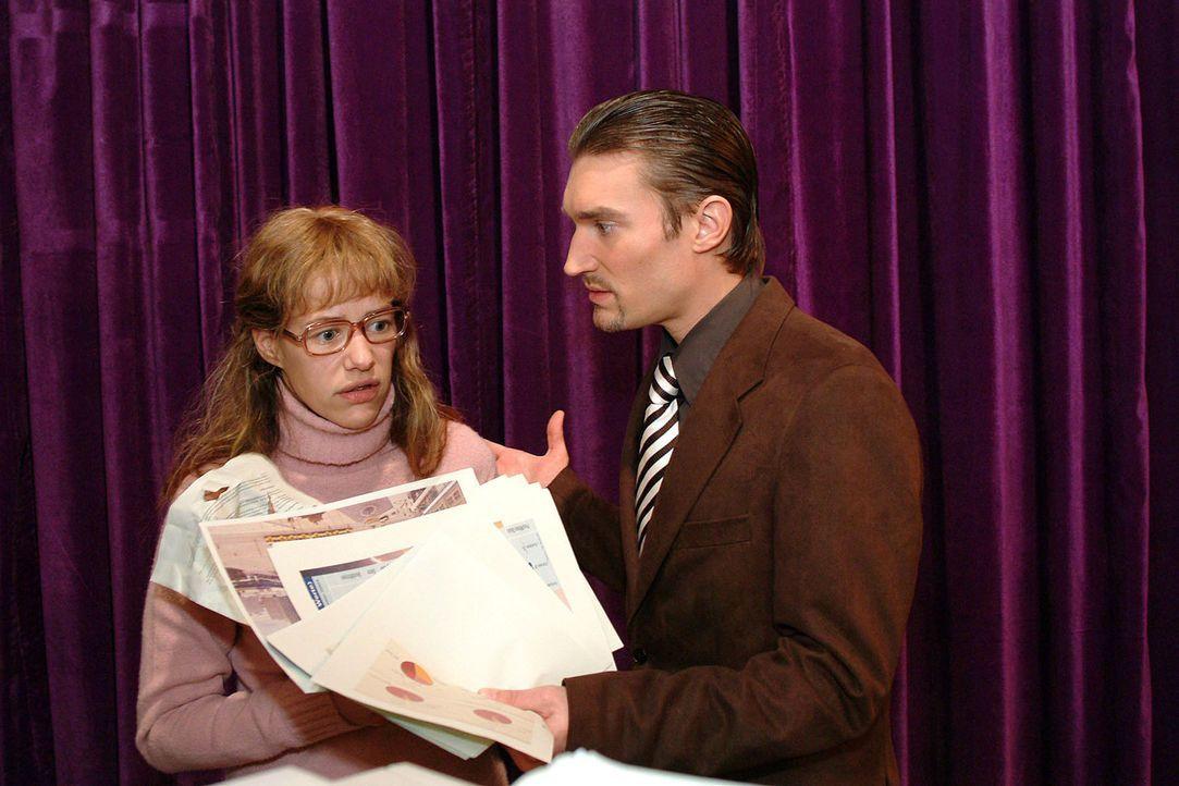 Richard (Karim Köster, r.) erwischt Lisa (Alexandra Neldel, l.), wie sie seine Unterlagen heimlich kopiert. Im Gegensatz zu David ist er scheinbar... - Bildquelle: Sat.1