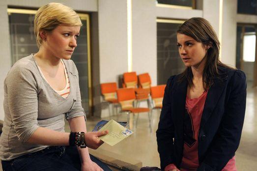 Hand aufs Herz - Emma (Kasia Borek, l.) ist schwer getroffen von Jennys (Lucy...