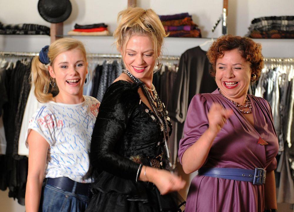 Haben ziemlich viel Spaß miteinander: Ines (Susanna Simon, M.), die junge Ines (Anna Hausburg, l.) und Nachbarin Karla König (Franziska Traub, r.)... - Bildquelle: SAT.1